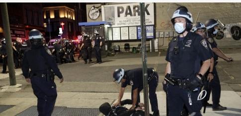 美国费城警察枪杀黑人引发抗议冲突约30名警察受伤