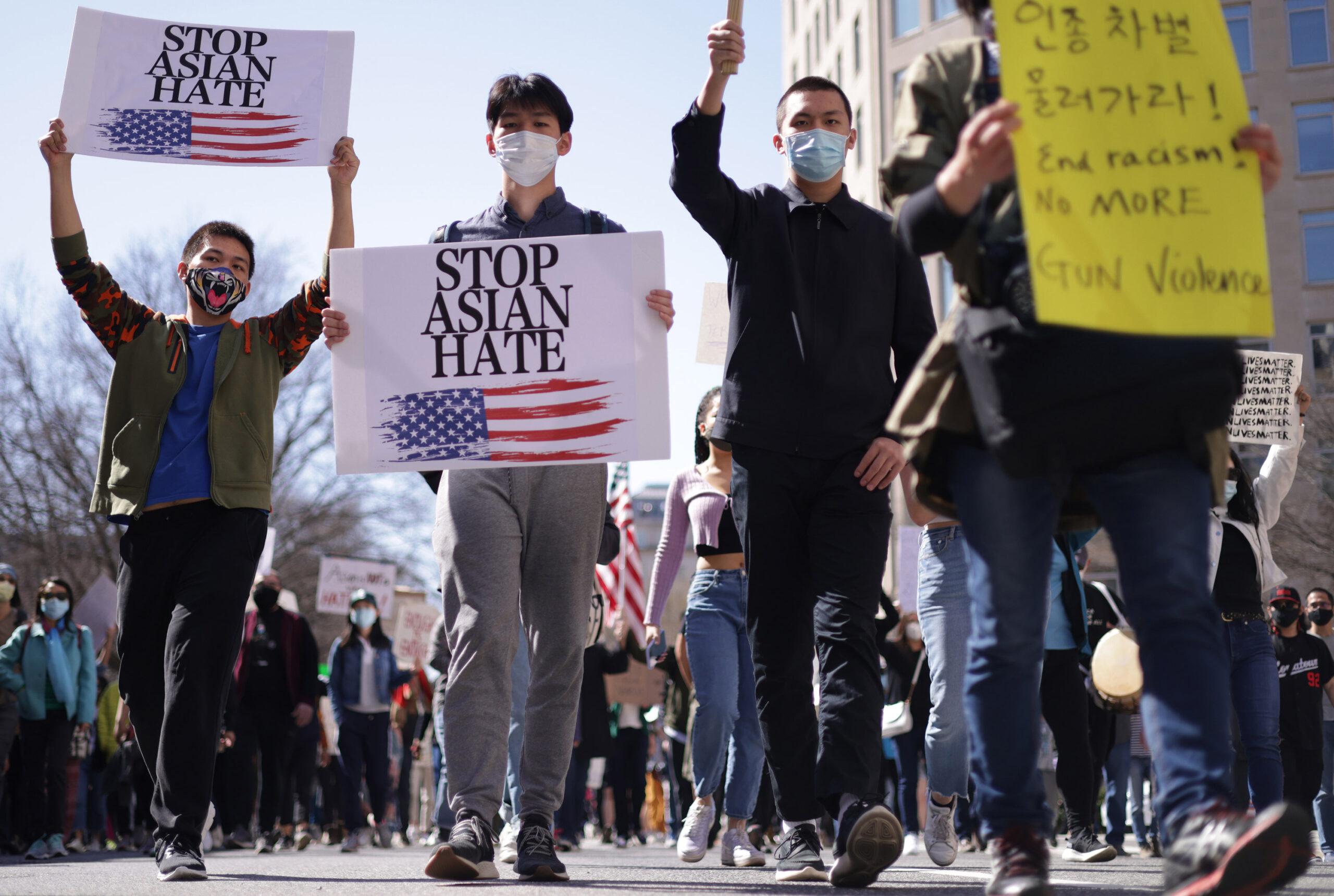 """调查显示:更多的加州人坚信亚裔""""经常""""受到歧视"""